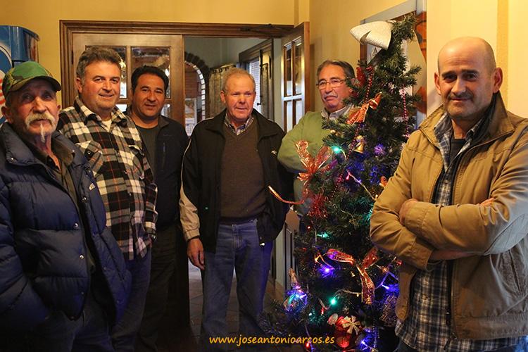 Agricultores-junto-al-árbol-navideño
