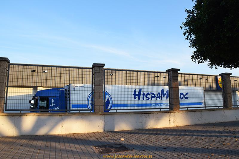 Camiones venidos de Marruecos descargan en un supermercado Lidl