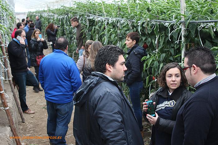 Ana-Azor-atendiendo-a-los-técnicos-agrícolas