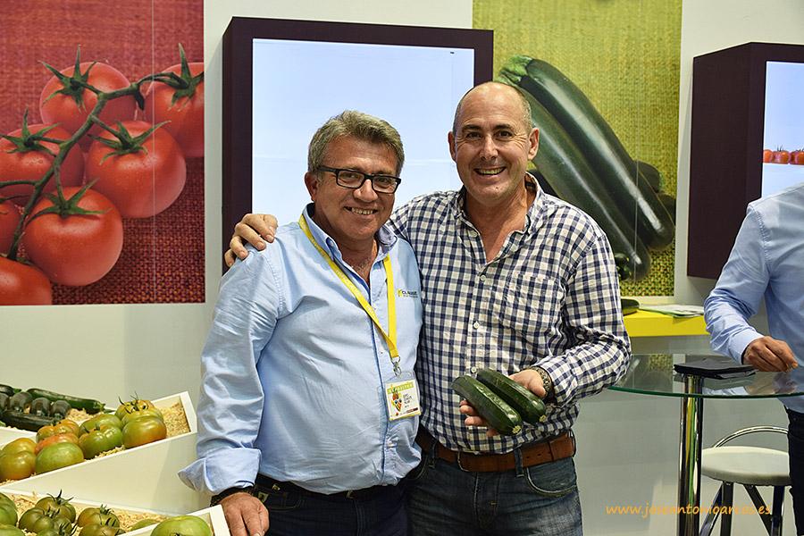 Bonifacio Sánchez, HM Clause, con el agricultor Antonio Valverde.