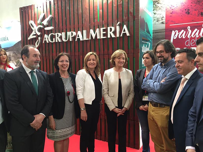 La consejera andaluza de Agricultura en el stand de Agrupalmería.