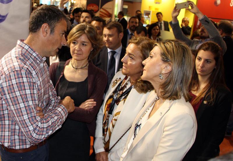 La ministra García Tejerina con responsables de Semillas Fitó.