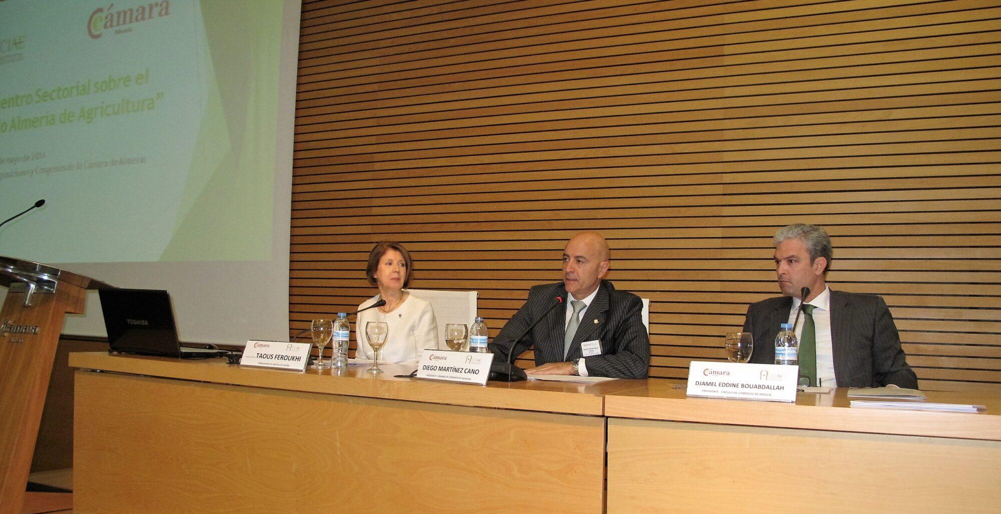 (De izquierda a derecha). Embajadora, presidente de la Cámara almeriense y presidente del Circulo Hispano Argelino.