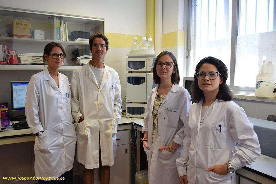 Rebeca Ramos, investigadora de la UAL; Pablo Campra, investigador de la UAL y director de este área; Mª José González, doctorando Química Avanzada; y Mª Jesús Aznar, que realiza un trabajo fin de grado en gazpacho.