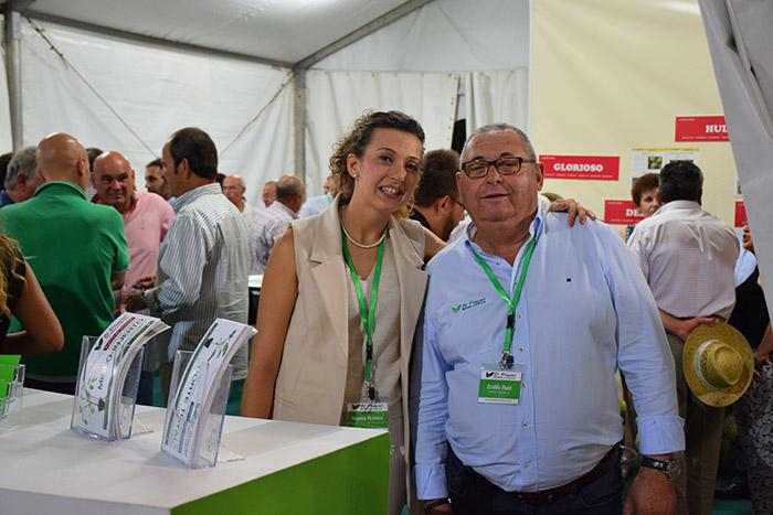 Noelia Robles, marketing Semilleros El Plantel, con uno de los comerciales en la feria de Membrilla.