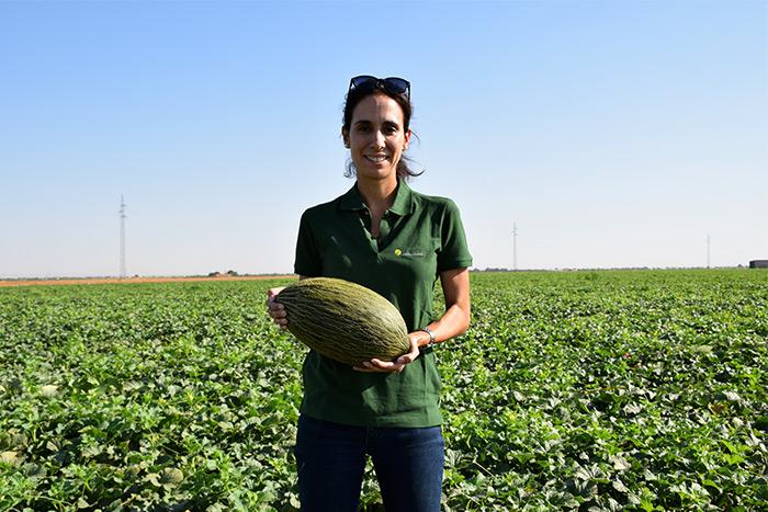 Miriam Sánchez con un fruto de 'Valdivieso'.