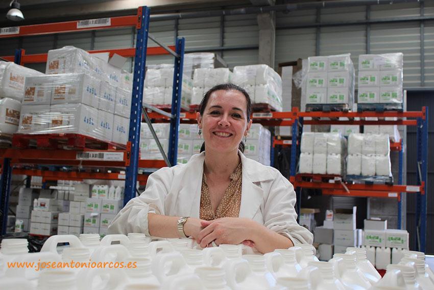 Elisa Rojas en el interior de la fábrica de Biorizon Biotech.