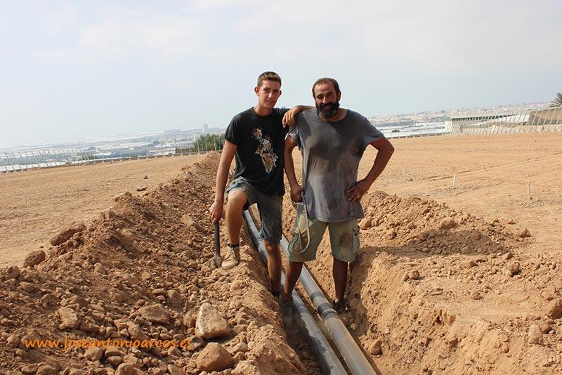 Instaladores de tuberías de riego. Trabajadores del campo almeriense