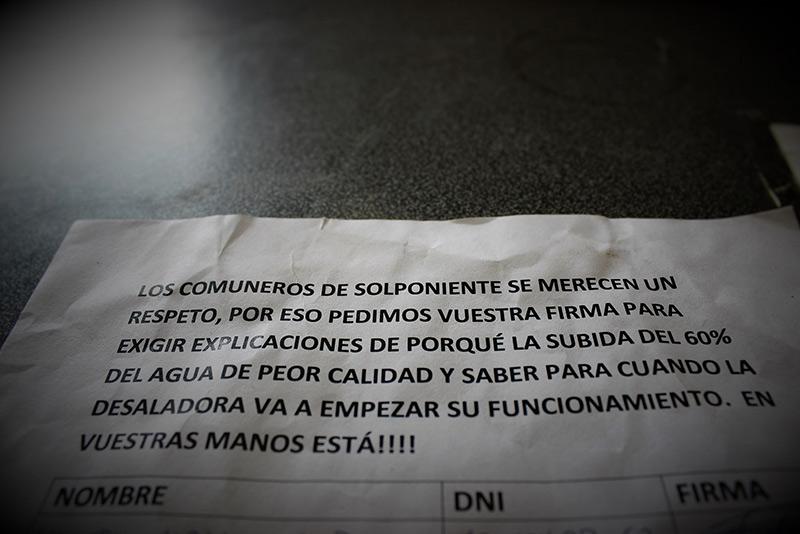 Los comuneros de Solponiente recogen firmas tras la subida del precio del agua del 60%