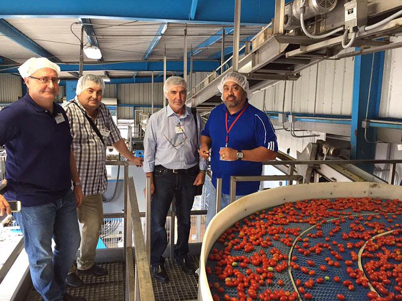 El empresario Víctor Uribe muestra su almacén de empaquetado de cherry en Florida, EEUU.