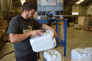 Trabajador de la fábrica de Vellsam, en Tabernas, Almería. Fertilizantes para la agricultura