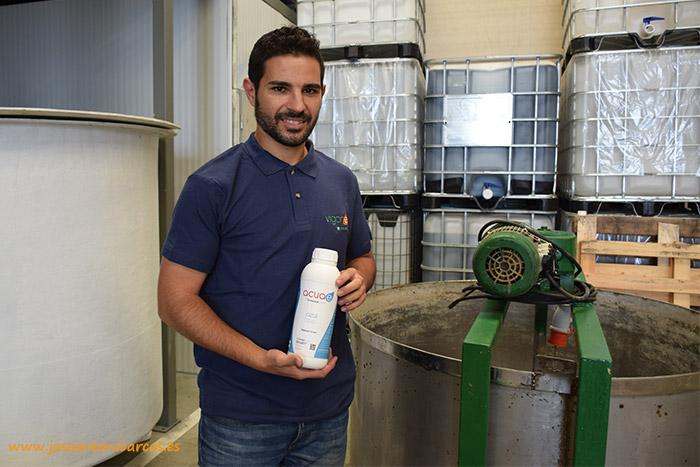 Francisco Moya muestra un producto de la línea 'Acue' para tratamiento del agua.