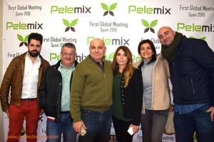 Trabajadores y proveedores de Pelemix con familiares