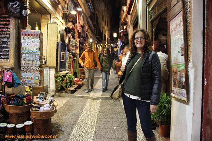 Ana Rubio en las calles de Granada, teterías a la falda de la Alhambra.