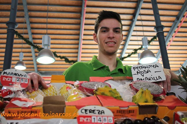 Alfonso representa a la quinta generación de fruteros de Fruterías Pardo en el Mercado Central de Almería.