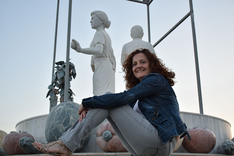 Ana Rubio en la escultura a la agricultura, situada en Vícar, Almería.