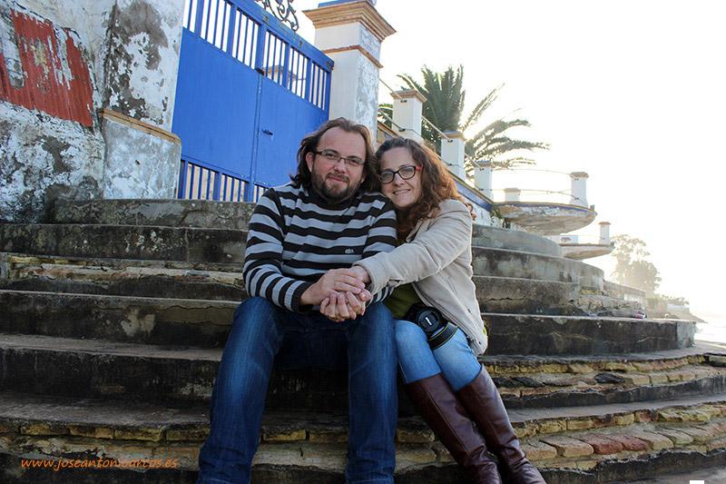 Ana Rubio y José Antonio Arcos en la costa atlántica de Cádiz.