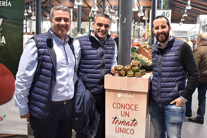 Juan Antonio Plaza, técnico de desarrollo de tomate de Clause; Manuel Ferrer, técnico de desarrollo y mercados de Clause; y Manuel Ruiz Ayala, responsable de marketing.