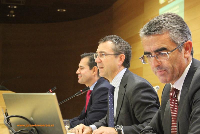 De izquierda a derecha: Jesús Vargas, Eduardo Baamonde y Roberto García Torrente. Cajamar. Informe de la campaña hortofrutícola. 2016.