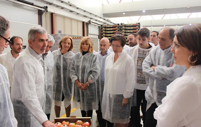 La consejera andaluza de Agricultura, Carmen Ortiz, visita las instalaciones de la cooperativa de tomate, CASI, en La Cañada de Almería.