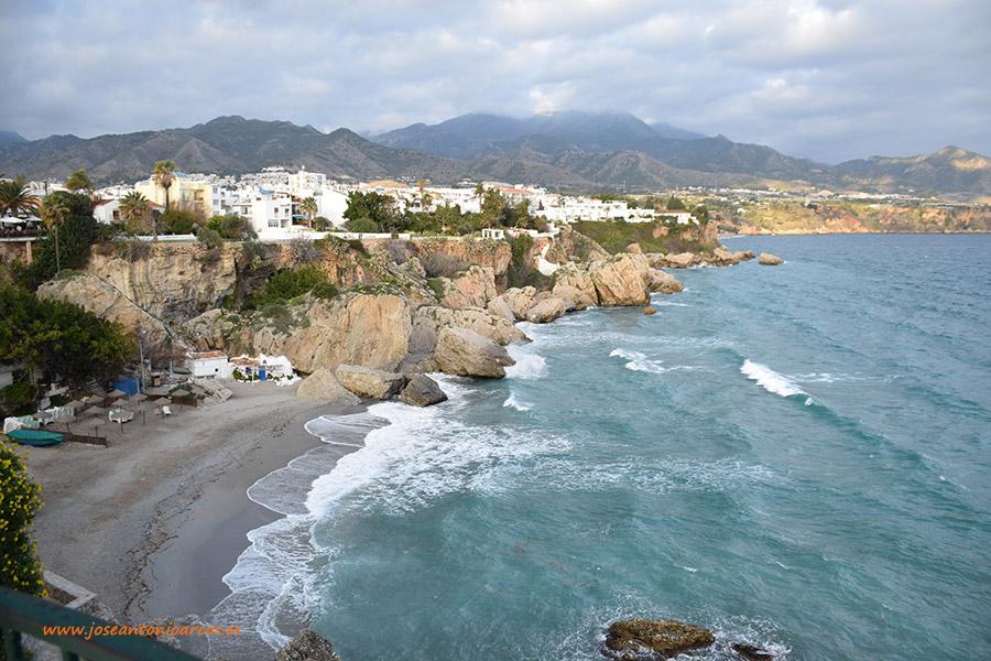 Nerja, Axarquía de Málaga, el Balcón de Europa. Turismo, viajes. Calas