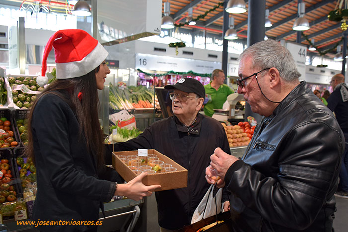 Degustación de tomates asurcados de HM Clause y Agrupalmería en el Mercado Central de Almería.
