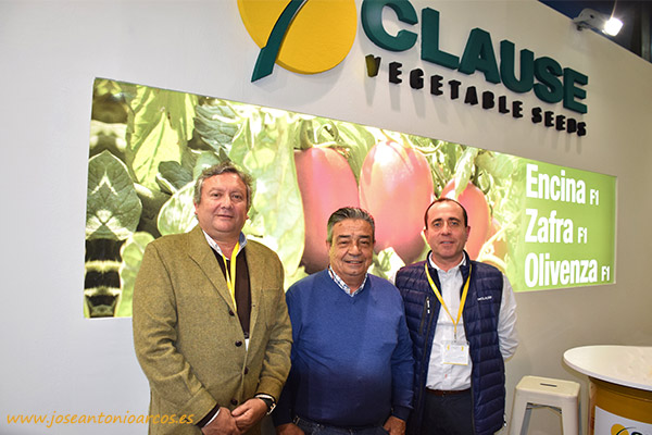Miguel Ángel Montaño, Juan González y Juan Carlos Prieto en el stand de Clause en Don Benito, Agroexpo 2017.