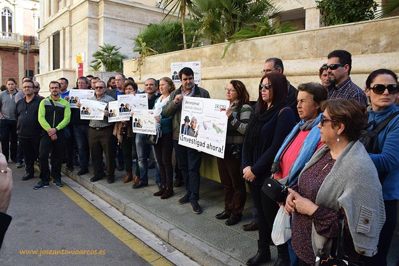 Agricultores de Coag-Almería concentrados a las puertas de la Subdelegación del Gobierno en Almería.