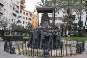 Estatua de la Virgen del Rocío en la ciudad de Huelva.