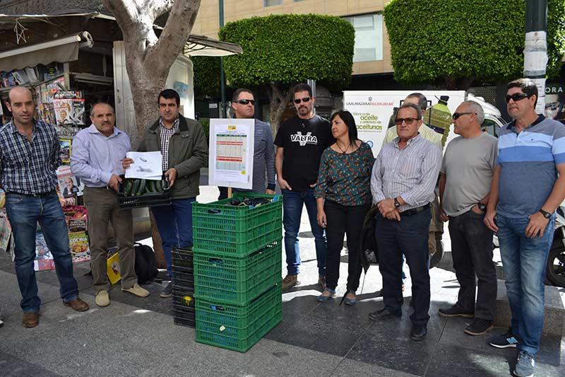Miembros de COAG en un acto simbólico de protesta desarrollado ayer en Almería.