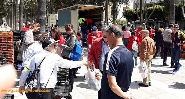 Reparto gratuito de hortalizas de Agricultura Viva en Acción en la ciudad de Almería.