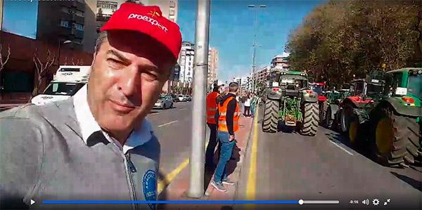 Fernando Gómez, gerente de Proexport, retransmitiendo la protesta en directo a través de las redes sociales.