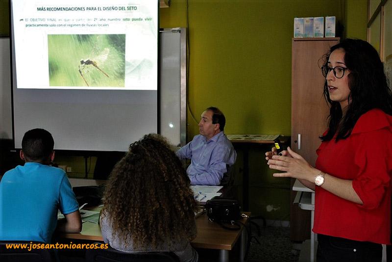 Marta Sánchez, alumna de la Escuela Agraria de Vícar, durante su exposición.