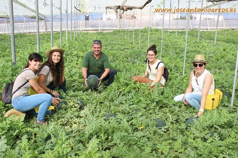 Juan Plaza de Clause con Erika Cabrera, Pamela López, Mª Ángeles Martínez y Yolanda Cid del departamento técnico de Agrupaejido.