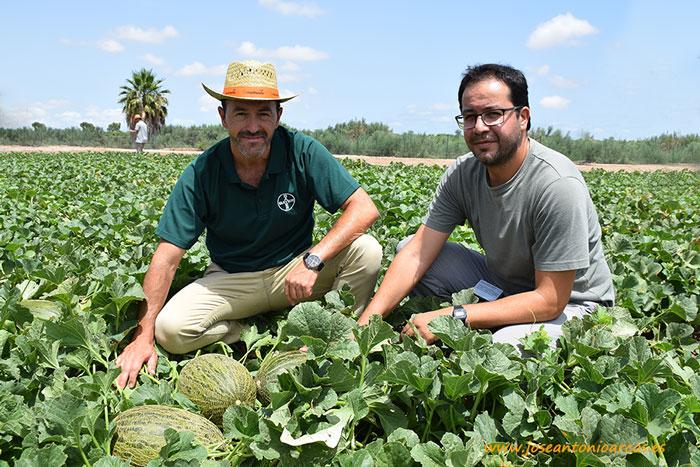 Melones de Nunhems. Bayer. Antonio Izquierdo y Juan Lizarzaburu con la variedad precomercial NUN 68106.