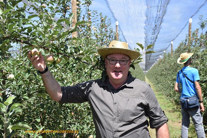 Klaus Heitlinger en una plantación de Fuji en la Rasa.