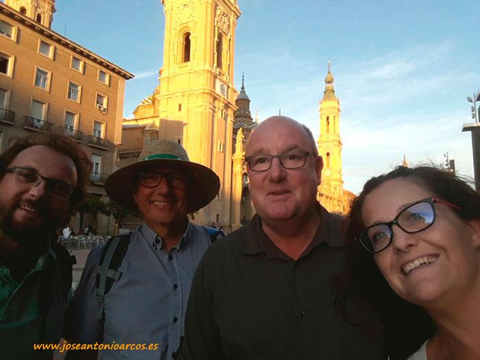 Con el representante del sector en Francia y con el amigo Klaus en la plaza del Pilar.