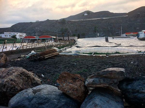 Costas derrumba los invernaderos del Pozuelo y La Rábita en la costa de Granada