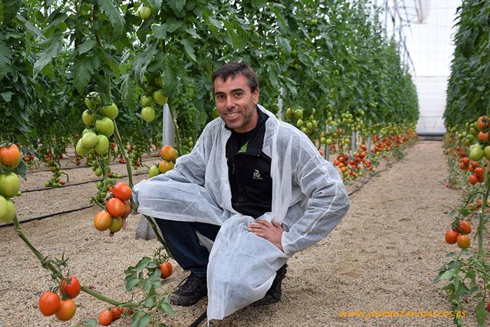 Salvador, propietario de la finca, con el nuevo pera 74-162 RZ.