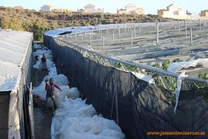 Arreglando invernaderos tras el paso del temporal Ana por Almería.