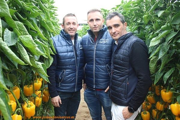Miembros de la empresa Invernaderos José Real con Germán Victoria, Fitó.