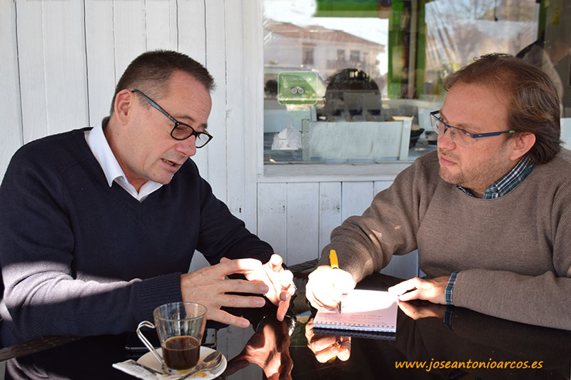 Tomando un café con Oliver Huesmann.