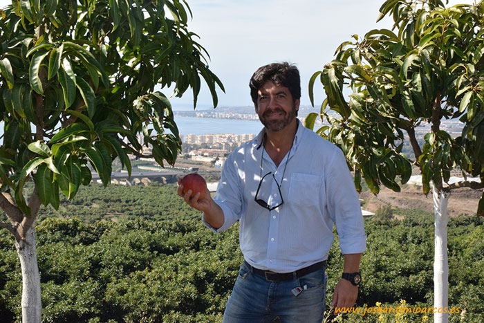 Gabriel Ramos. A sus espaldas una bella vista del litoral de Vélez-Málaga.