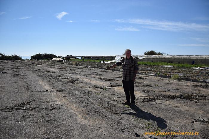 Francisco Linares pisando el espacio que antes ocupaba su invernadero, ahora desmantelado.