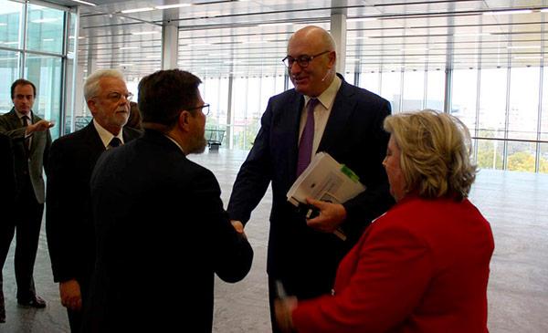 Phil Hogan con Clara Aguilera y Rodrigo Sánchez Haro. Comisario de Agricultura de la Unión Europea.
