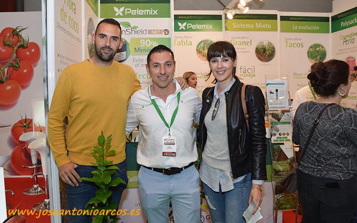 Lorenzo Montoya, técnico comercial de Pelemix, con Sergio Navarrete, de Caliplant, y Mª del Mar García, de Semillas Fitó.