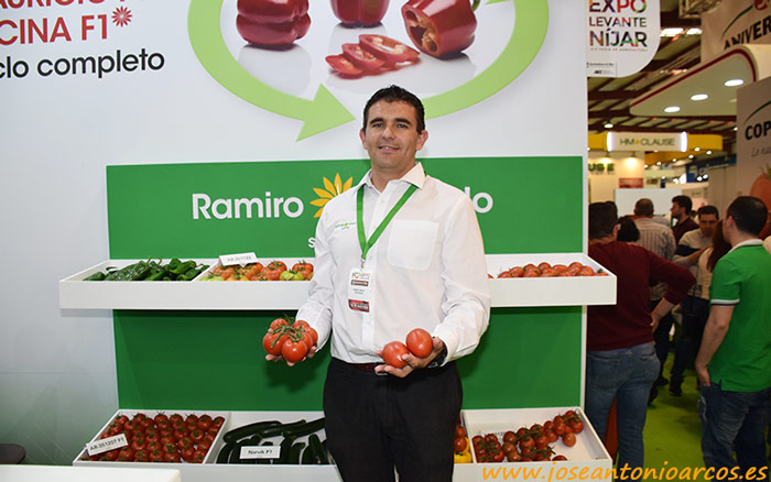 José Luis Márquez con las dos novedades en tomate de Ramiro Arnedo.