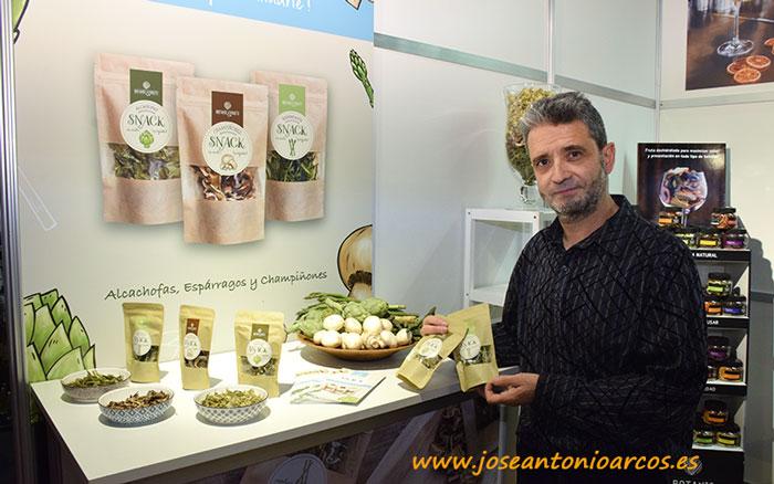 Santi Panadés con los deshidratados de Botanics and Fruits.