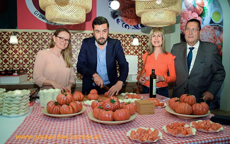 Francesc Llonch, director general de Grupo Gavá, con su familia y con el tomate Monterosa.