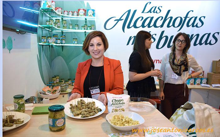 Marieta García muestra las alcachofas de Cynara.